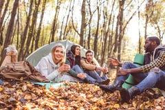 Jeunes voyageurs d'amis dans la forêt Photos stock