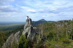 Jeunes voyageurs dans les montagnes images stock