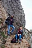 Jeunes voyageurs de couples arrêtés au repos avant d'escalader une montagne Image libre de droits