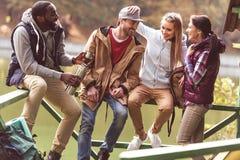 Jeunes voyageurs se reposant près de la rivière Image stock