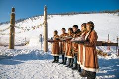 Jeunes Yakoutes dans des vêtements folkloriques nationaux des peuples du nord de Yakutia images stock