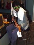 Jeunesse artistique testant une guitare neuve, Portland OU. Image stock