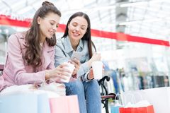 Jeunesse aux loisirs dans le centre commercial Photos libres de droits