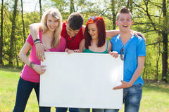 Jeunesse avec un panneau d'affichage empy Image stock