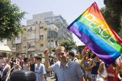 Jeunesse blonde avec l'indicateur de paix au défilé TA de fierté Photos stock