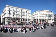 Jeunesse chez Puerta del Sol près de monument Photographie stock libre de droits