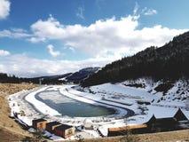 Jeunesse de lac dans la station de sports d'hiver Bukovel, Carpathiens, Ukraine photos stock