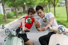 Jeunesse de scooter Images stock