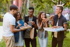 Jeunesse et habitudes alimentaires modernes photos libres de droits