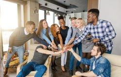 Jeunesse ethnique multi unie remontant des mains Image libre de droits