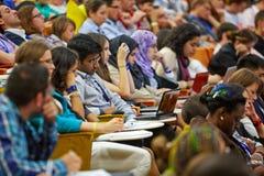 Jeunesse globale aux participants de jeunes de forum d'affaires Images libres de droits