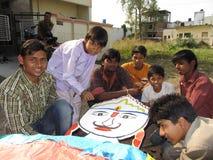 Jeunesse indienne effectuant le ravna photographie stock libre de droits