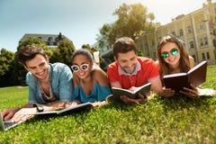 Jeunesse moderne étudiant dehors Photos libres de droits