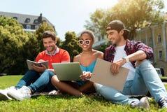 Jeunesse moderne détendant dehors Photographie stock libre de droits
