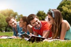Jeunesse moderne détendant dehors Image libre de droits
