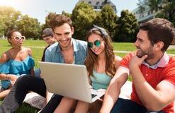Jeunesse moderne détendant dehors Images stock