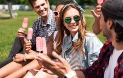 Jeunesse moderne détendant dehors Photo libre de droits