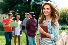 Jeunesse moderne détendant dehors Photographie stock