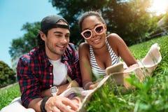 Jeunesse moderne détendant dehors Photos libres de droits