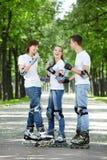 Jeunesse sur des rouleaux en stationnement Images libres de droits