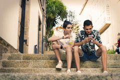 Jeunesse sur la rue avec le mobile photos libres de droits