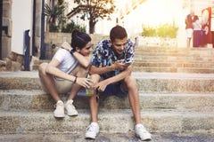 Jeunesse sur la rue avec le mobile photographie stock libre de droits