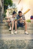 Jeunesse sur la rue avec le mobile photo stock