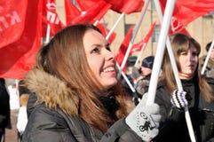 Jeunesse sur le contact de l'opposition communisante Photographie stock