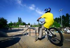 jeunesse sur sa bicyclette. photo libre de droits