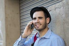 Jeunesse urbaine avec le téléphone photos libres de droits