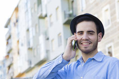 Jeunesse urbaine avec le téléphone images stock