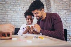 Jeux éducatifs de jeu de père avec sa fille Photo libre de droits