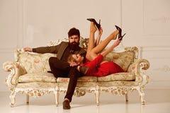 jeux érotiques des couples sexy comcept érotique de jeux la femme et l'homme jouent les jeux érotiques jeux érotiques des couples photo libre de droits
