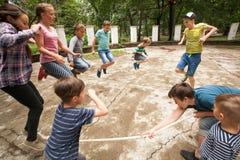 Jeux actifs à la colonie de vacances Photo stock
