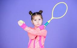 Jeux actifs Éducation de sport Le petit cutie aime le tennis Magasin d'équipement de sport Jouez au tennis pour l'amusement Peu b photo libre de droits