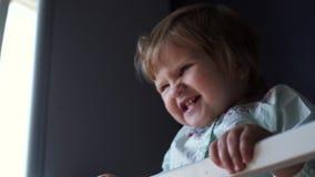Jeux aimants de maman avec sa petite fin mignonne de fille de bébé dans le mouvement lent banque de vidéos