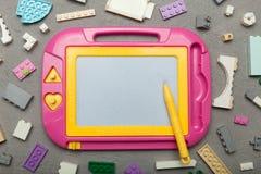 Jeux avec les jouets éducatifs des enfants Conseil magnétique pour dessiner et constructeur photographie stock libre de droits