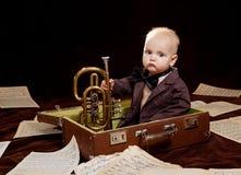 Jeux caucasiens de bébé garçon avec la trompette images stock