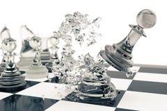Jeux d'échecs, victoire, succès en concurrence, direction dans les affaires, gages transparents sur un fond blanc, 3d Photos libres de droits