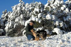Jeux d'amant de chien dans la neige avec des animaux familiers Photo libre de droits