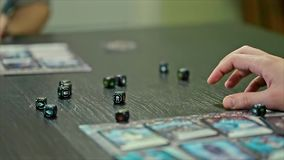 Jeux d'embarquement jouant des cartes de matrices banque de vidéos