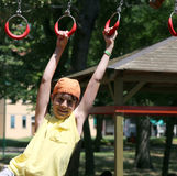 Jeux d'enfant avec des anneaux de terrain de jeu extérieur Images libres de droits