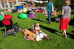 Jeux d'enfant avec des parents sur le parc vert Images libres de droits
