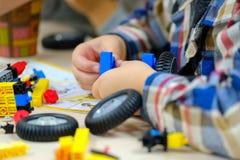 Jeux d'enfant avec un kit de constructeur photos libres de droits