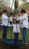 Jeux d'enfant de mêmes parents à la maison pendant le Noël photo libre de droits
