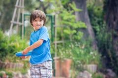 Jeux d'enfant doux avec le disque de vol en parc Photos stock