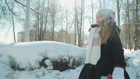 Jeux d'enfant en parc d'hiver banque de vidéos