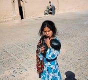 Jeux d'enfant gitans non identifiés extérieurs dans la ville historique Image libre de droits