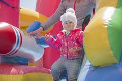 Jeux d'enfant sur un trempoline gonflable Photographie stock libre de droits
