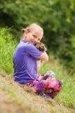 Jeux de bébé avec son lapin Image stock
